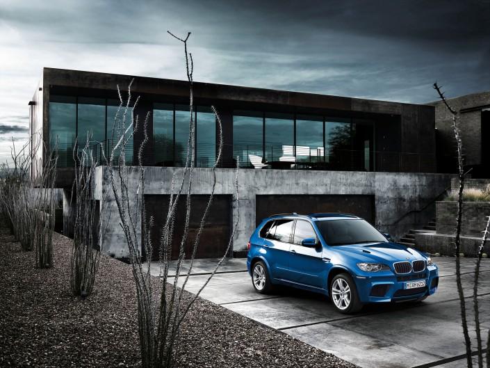 BMW X5M -1 ist ein Car Look Composing der Schalterhalle Postproduktion und Tobias Winkler - Bildbearbeitung München.