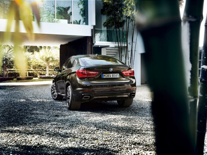 BMW X6 - Miami 02 is a car look composing by Schalterhalle post production and Tobias Winkler - Retouching Munich.